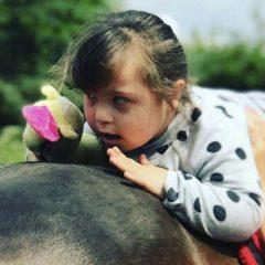 Cómo la pasión por los caballos ayuda a diario a una niña con síndrome de Down